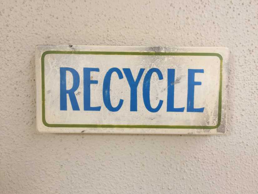 A small sign that says, Recycle